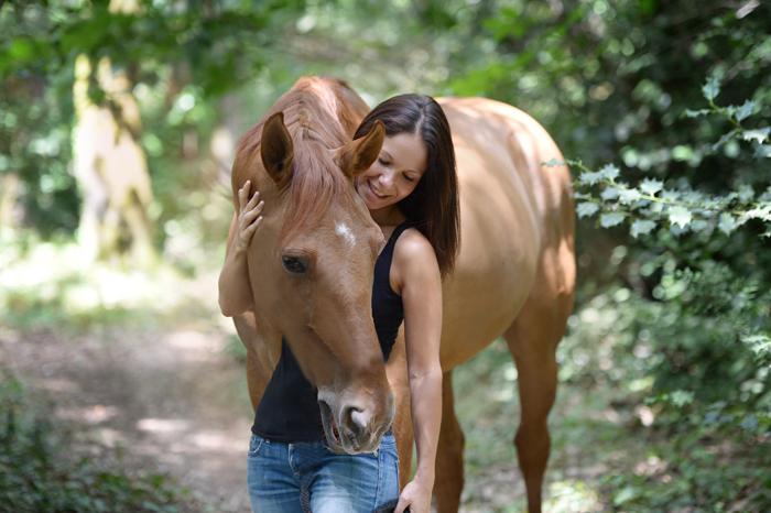 Aude en séance de communication animale avec un chien
