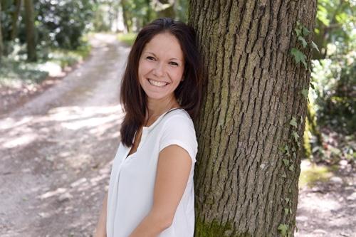 Aude MARTIN-COCHER contre un arbre avant un soin energetique holistique